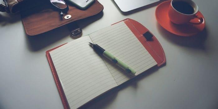 Escribir con café pluma y tinta